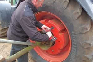 Farm tractor wheel weight changer